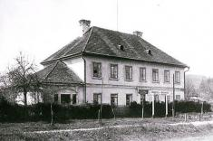 Budova základní školy, dříve přepražní stanice